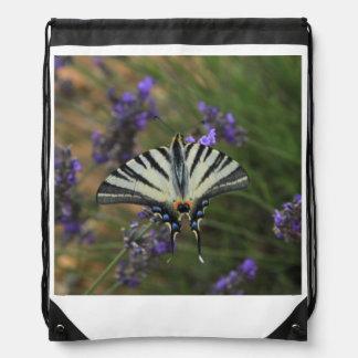蝶-花盛りのラベンダーのPapilioのmachaon ナップサック