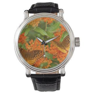 蝶Milkweedの素晴らしいちりばめられたFritillaries 腕時計