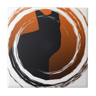 螺線形のデザインのハロウィンの黒猫 タイル