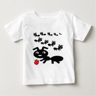 蟻は行進のデザイン行きます ベビーTシャツ