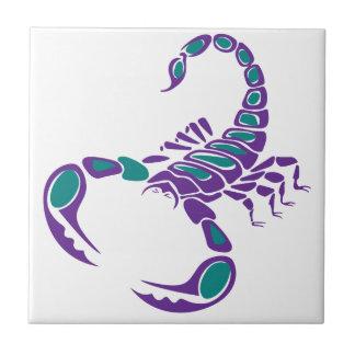蠍のイメージの紫色のティール(緑がかった色)の青い虫の砂漠 タイル