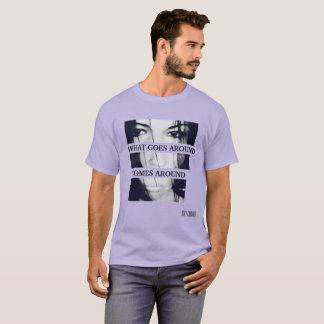 行き渡るものがTシャツを来ます幸運なKARMによって Tシャツ