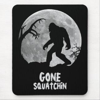 行ったSquatchinの月が付いているサスカッチのシルエット マウスパッド