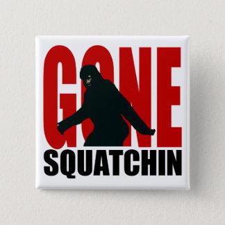 行ったSquatchin -黒および赤 5.1cm 正方形バッジ