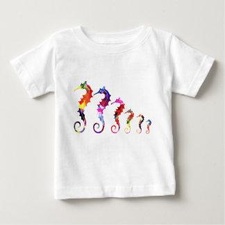 行進のタツノオトシゴ|のカラフル及び愛らしい ベビーTシャツ