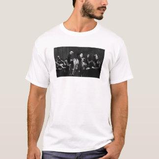 行進のヒョウ Tシャツ