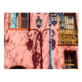 街灯およびピンクの壁 ポストカード