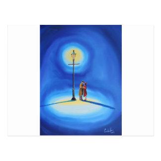 街灯の下のロマンチックなカップル ポストカード
