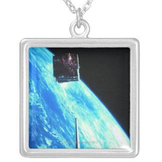 衛星軌道地球3 シルバープレートネックレス