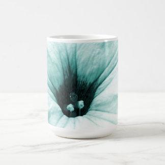 衰退した青い花のマクロ写真 コーヒーマグカップ