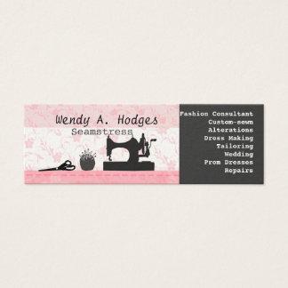 裁縫は機械マネキンのピンクの細いハンドメイドをピンで止めます スキニー名刺