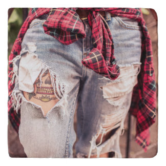 裂かれたジーンズ及び入れ墨のtrivets トリベット