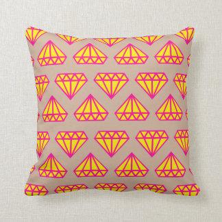 装飾用クッション: 砂の、ピンク及び黄色いダイヤモンドのプリント クッション