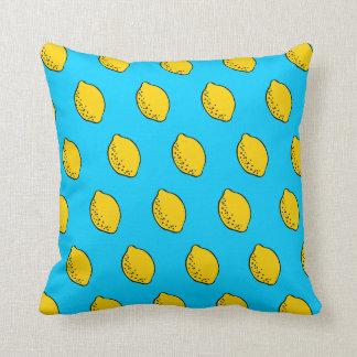 装飾用クッション: 黄色及びスカイブルーのポップアートレモン クッション