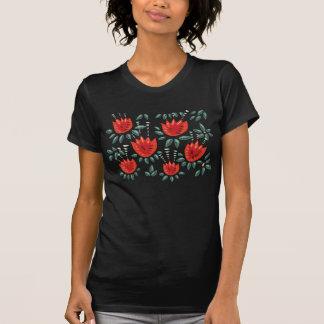 装飾的で抽象的で赤いチューリップの暗い花パターン Tシャツ