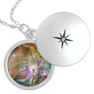 装飾的なオリオンの星雲の銀河系の宇宙の写真 ロケットネックレス