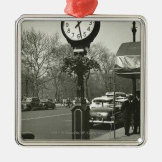 装飾的な通りの時計2の背景の人々 メタルオーナメント