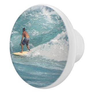 """装飾的な陶磁器のノブ""""波""""に乗っているサーファー セラミックノブ"""