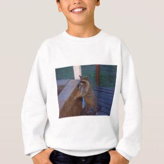 裏口に立っているアライグマ スウェットシャツ