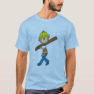 製材を持つ建設作業員 Tシャツ