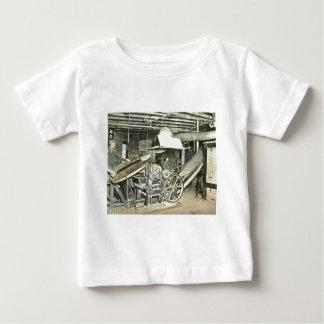 製材所の労働者の幻灯のスライド ベビーTシャツ