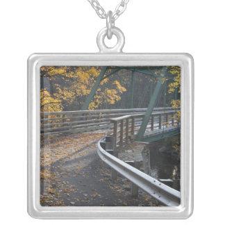 製粉業者上の紅葉そして橋 シルバープレートネックレス