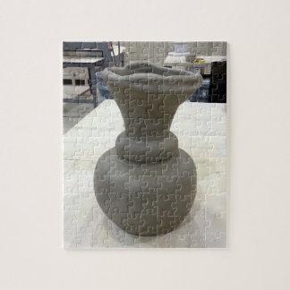 製陶術のスタジオの手によって形作られるコイルのつぼの乾燥 ジグソーパズル