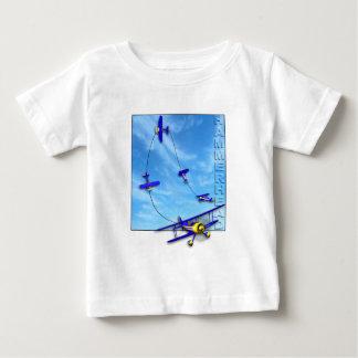 複葉機とのシュモクザメの曲技飛行の操縦 ベビーTシャツ