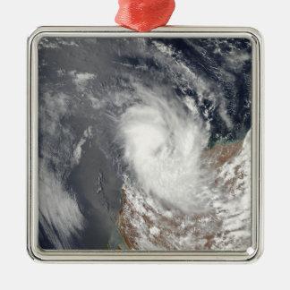 西部のAustraの海岸の沖のサイクロンドミニク メタルオーナメント