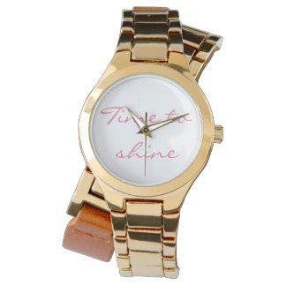 覆いの腕時計を照らす時間 腕時計