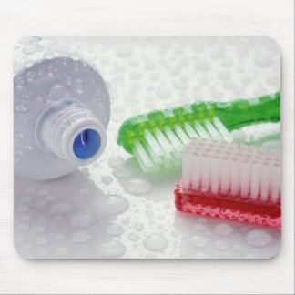覆われる歯磨き粉および歯ブラシのクローズアップ マウスパッド