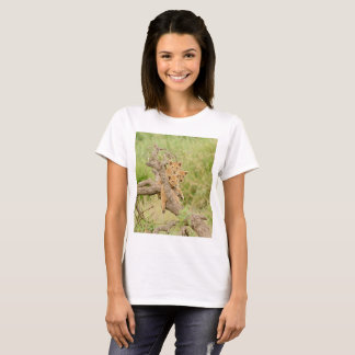 視聴者を見る木で上っているライオンの子 Tシャツ