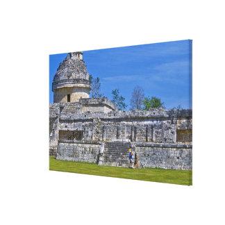 観光客の歩行の過去古代マヤの系列 キャンバスプリント