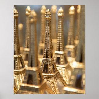 観光客への販売のための小さいエッフェル塔の眺め ポスター