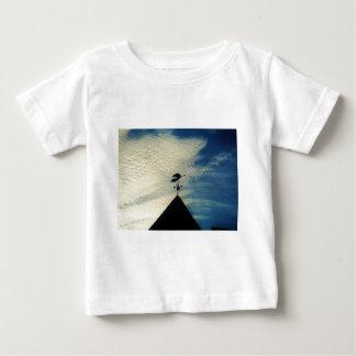 角の風見鶏を吹く天使 ベビーTシャツ