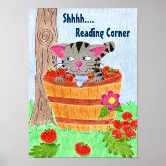 角ポスターを読むりんごのバスケットの猫 ポスター