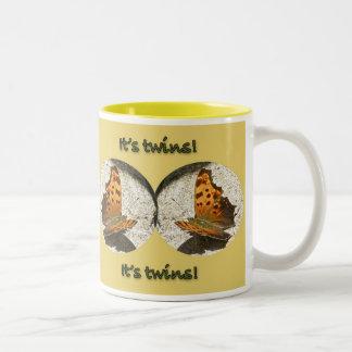 角度の翼のコンマ蝶それは双生児の新生児です ツートーンマグカップ