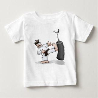 訓練のバッグを蹴っている黒帯の空手の人 ベビーTシャツ
