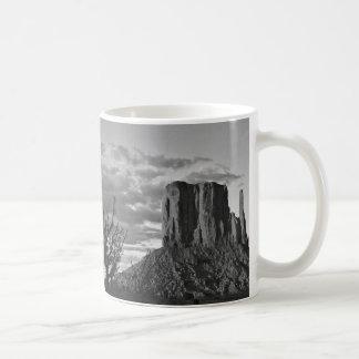 記念碑の谷(白黒) 3 コーヒーマグカップ