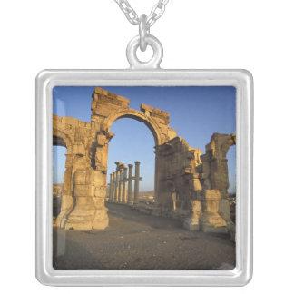 記念碑的なアーチ、パルミラ遺跡、Homs、シリア シルバープレートネックレス