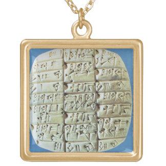 記述は楔形の原稿、c.2400と紀元前に台に置きます(t ゴールドプレートネックレス