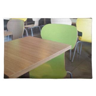 訪問者のないカフェの空のテーブルそして椅子 ランチョンマット