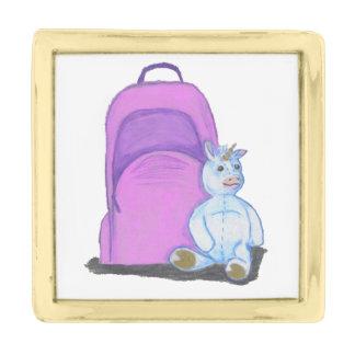 詰まったなユニコーンは紫色の学校のバックパックによって坐ります ゴールド ラペルピン