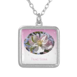 誇りを持ったな姉妹のAppleの花の花 シルバープレートネックレス