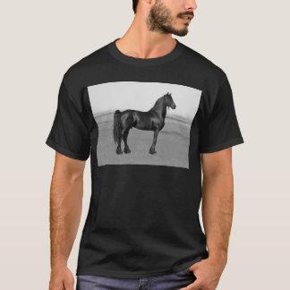 誇りを持ったなFriesianの黒の種馬の馬 Tシャツ