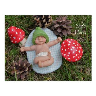誕生の発表: 粘土のベビー、きのこ、草 ポストカード