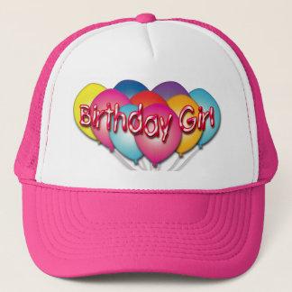 誕生日の女の子は帽子を風船のようにふくらませます キャップ