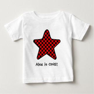 誕生日の男の子のチェック模様の赤くおよび黒い星 ベビーTシャツ