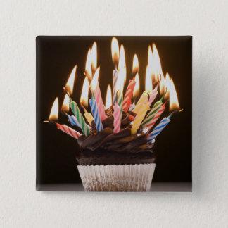 誕生日の蝋燭が付いているカップケーキ 5.1CM 正方形バッジ