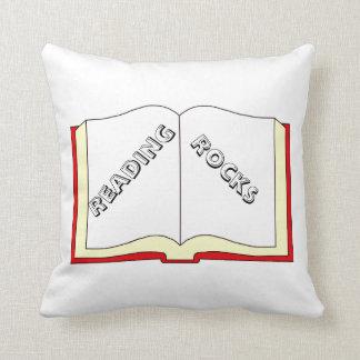 読書は装飾用クッションを揺すります クッション